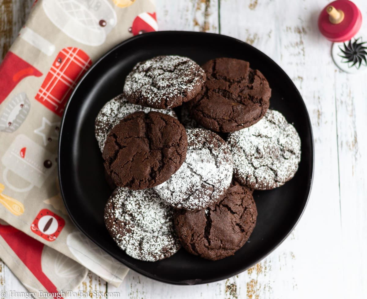 Pile of chocolate cookies and some dusted with sugar