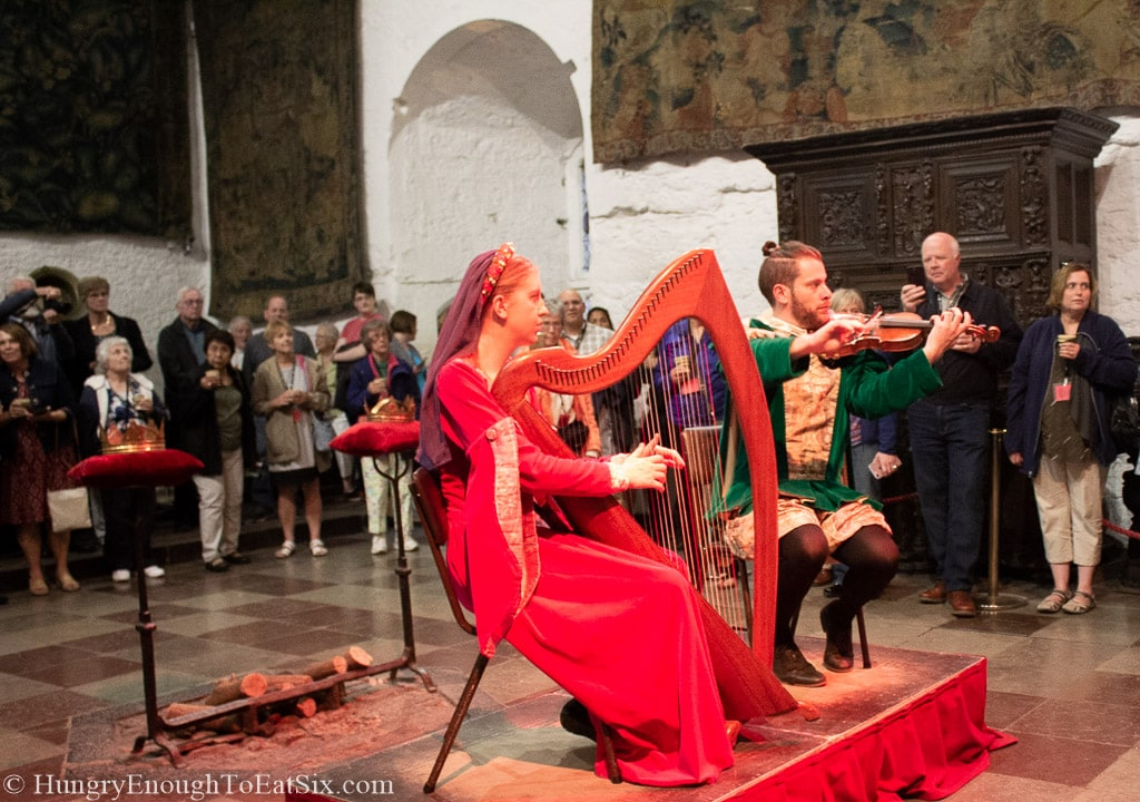 Image of violinist and harpist performing in medieval garb, Bunratty Castle