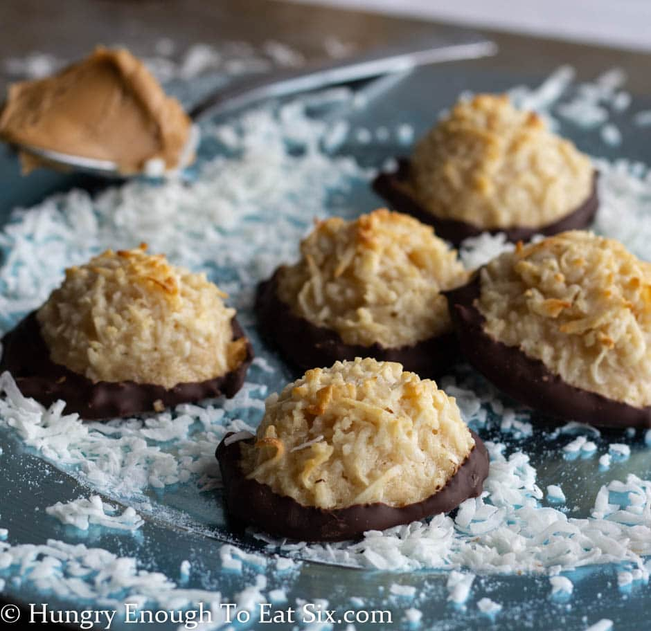 Many macaroons on a blue plate