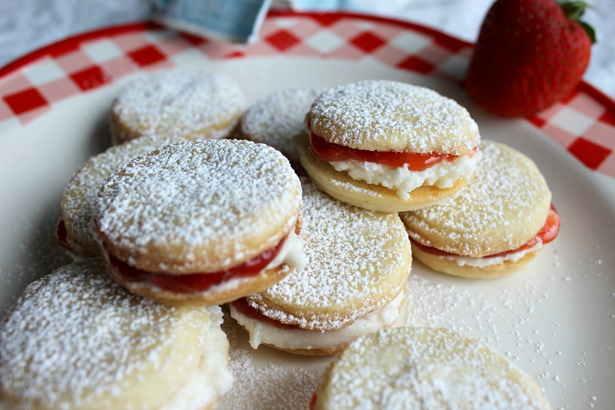 Sugar dusted butter cookies sandwiched with filling